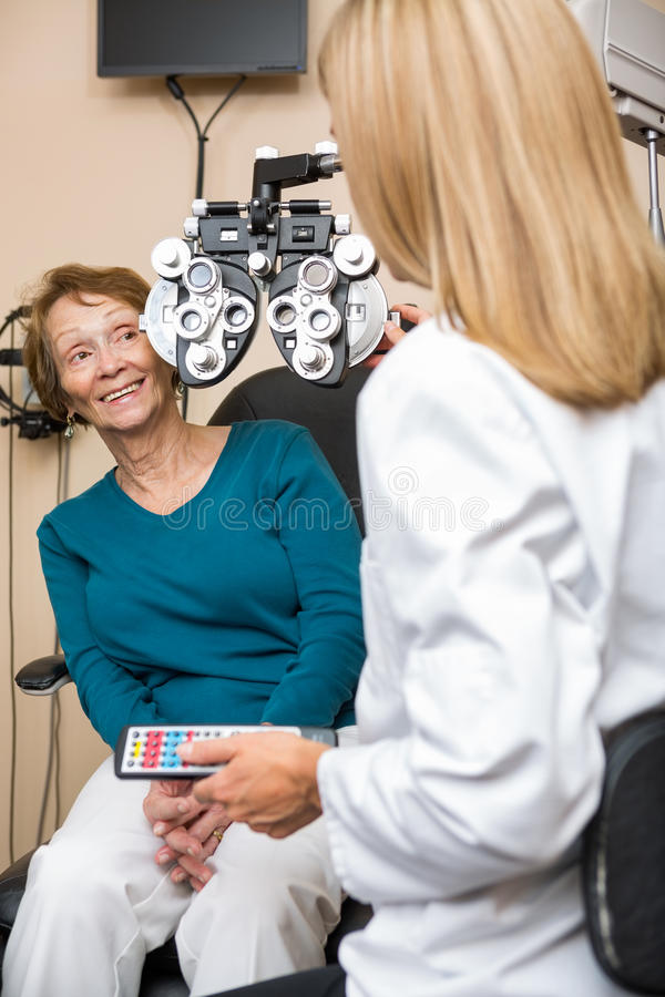 Femme supérieure heureuse subissant le contrôle d'oeil photo libre de droits