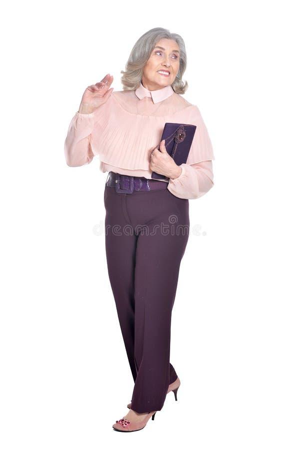 Femme supérieure heureuse tenant la bourse photographie stock libre de droits