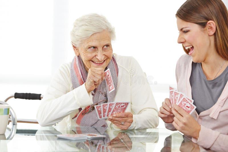 Femme supérieure jouant des cartes image libre de droits