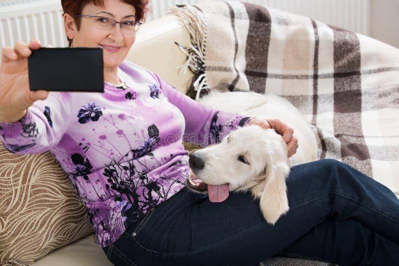 Femme supérieure moderne avec le chien photo libre de droits