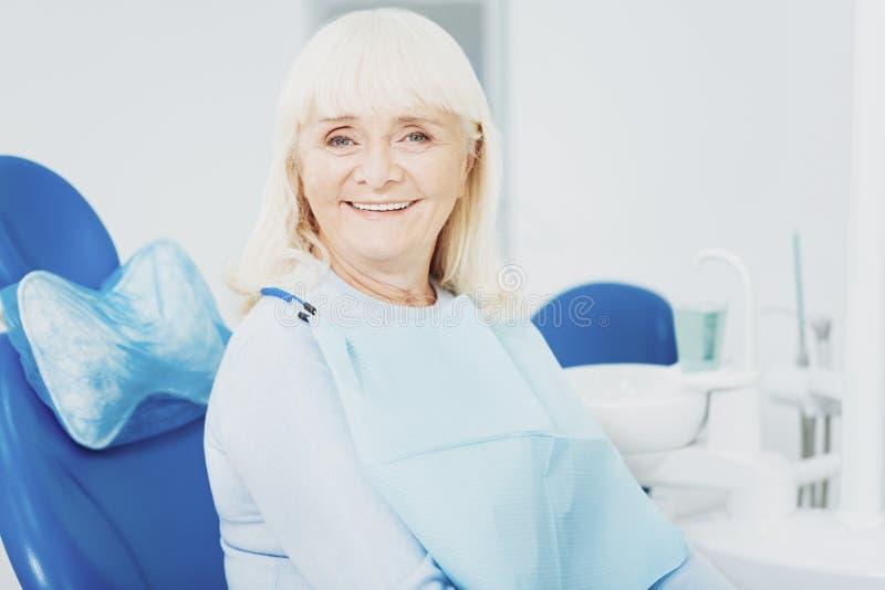 Femme supérieure optimiste souriant à la caméra photos libres de droits