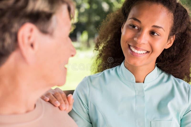 Femme supérieure parlant avec l'infirmière image libre de droits