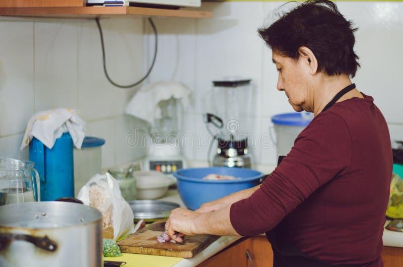 Femme supérieure préparant la nourriture saine des légumes frais photographie stock libre de droits