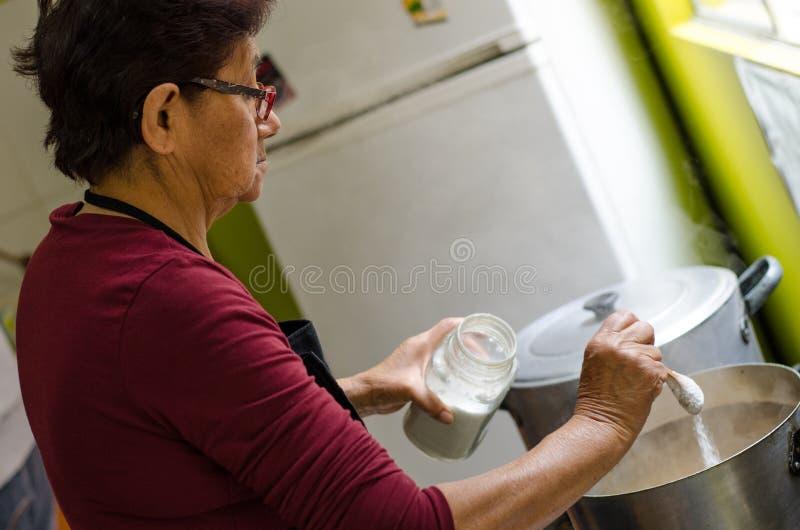Femme supérieure préparant la nourriture saine des légumes frais image libre de droits