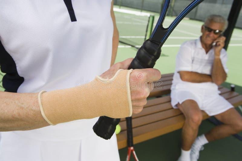 Femme supérieure prête à jouer au tennis images stock