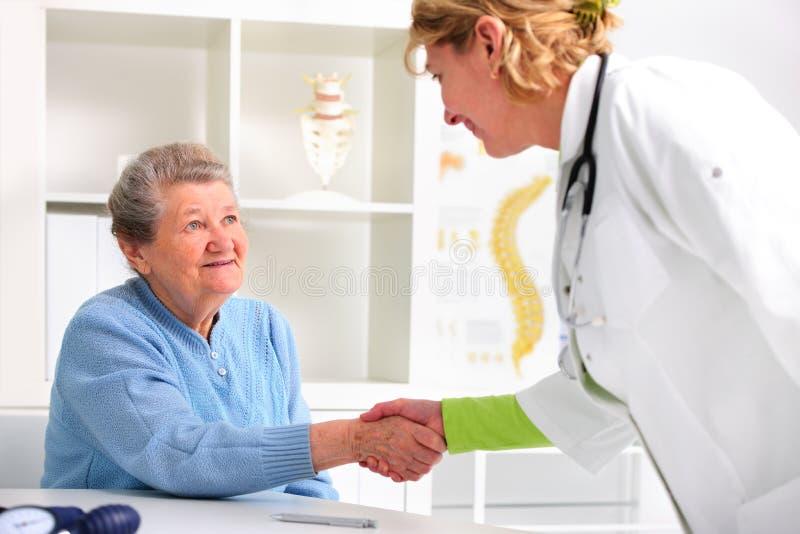 Femme supérieure rendant visite à un docteur images libres de droits