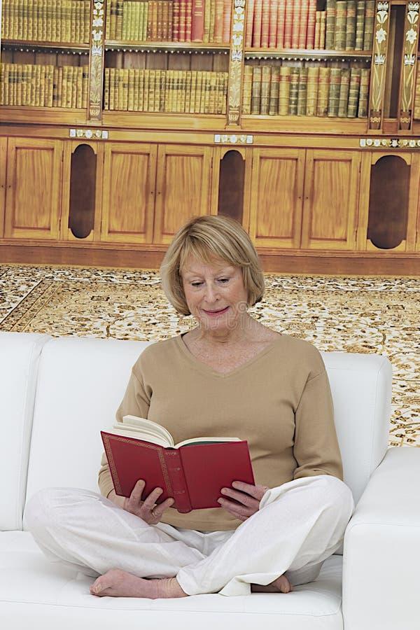 femme supérieure s'asseyant dans le salon photographie stock