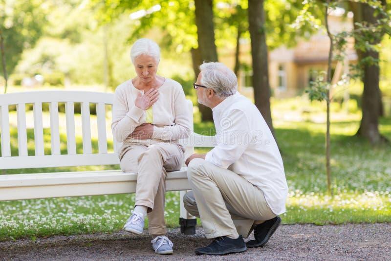 Femme supérieure se sentant malade au parc d'été photo libre de droits
