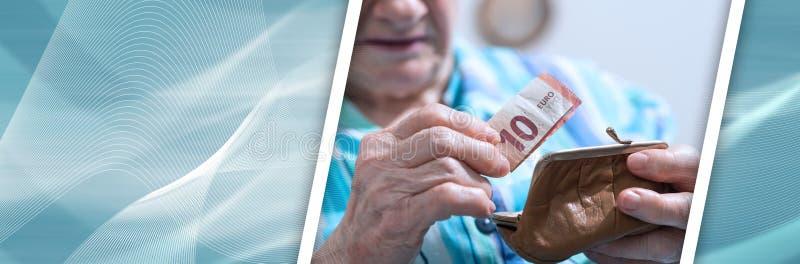 Femme supérieure sortant un billet de banque de son portefeuille ; bannière panoramique images libres de droits
