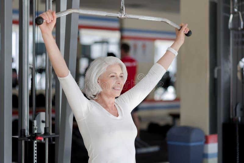 Femme supérieure sportive avec plaisir faisant des exercices images stock