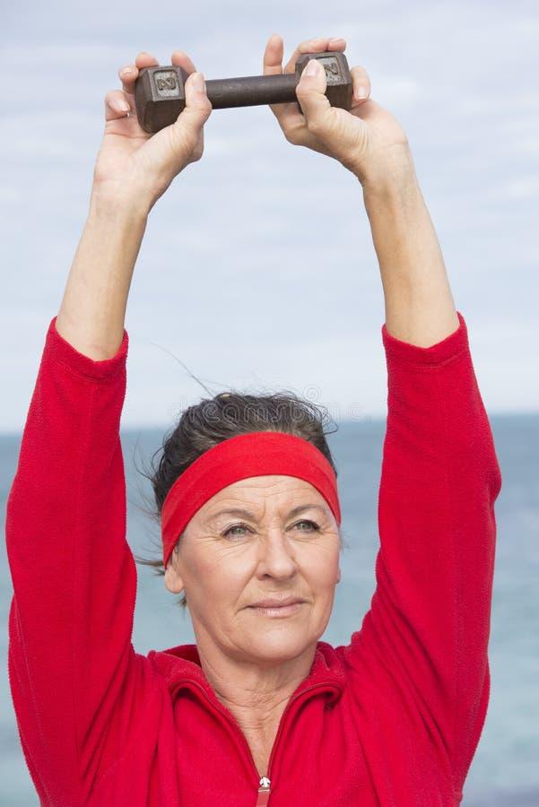 Femme supérieure sportive de retraite active photos stock