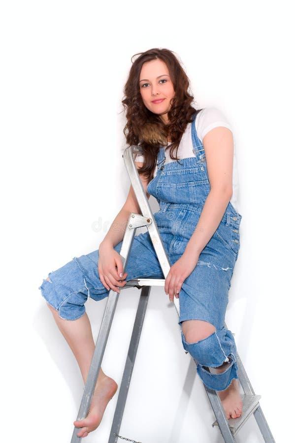 Femme sur l'échelle photos stock