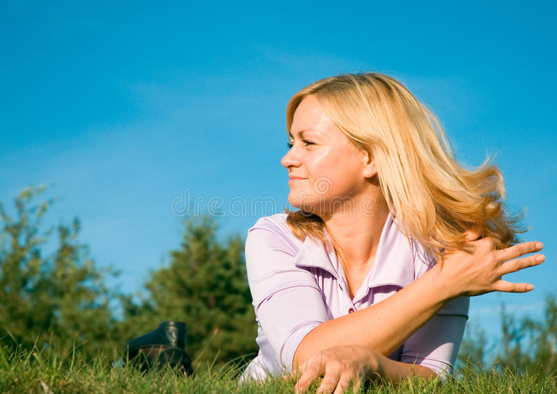 Femme sur l'herbe images stock