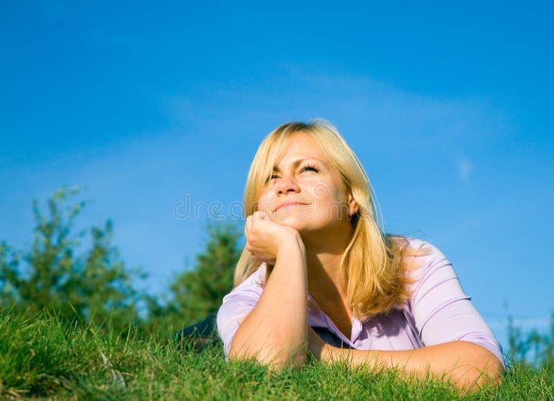 Femme sur l'herbe images libres de droits