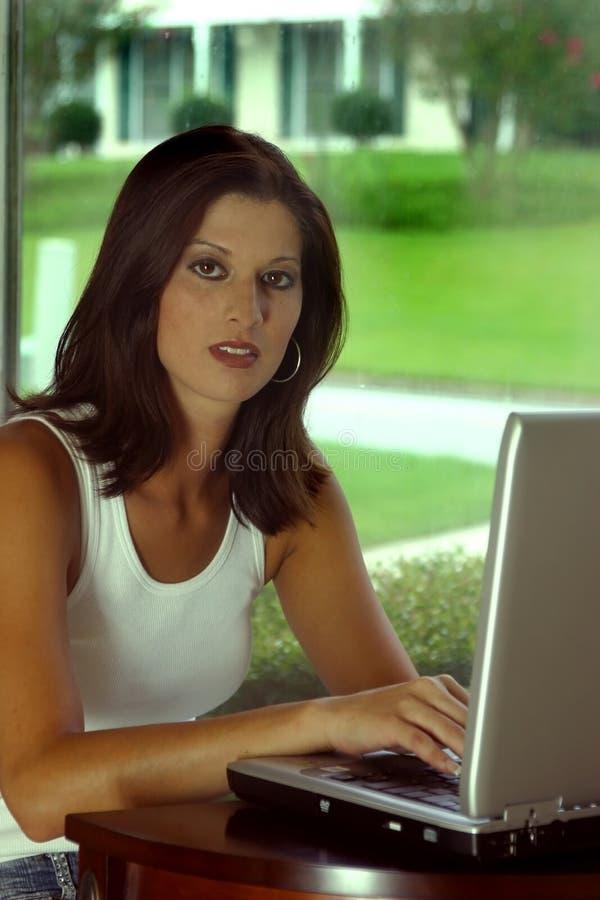 Femme sur l'ordinateur photographie stock