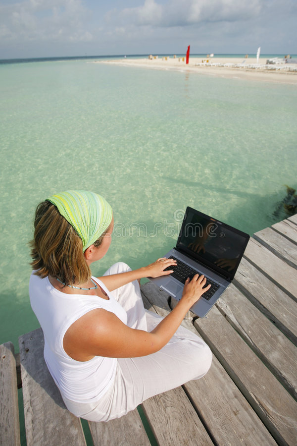 Femme sur l'ordinateur portatif image stock