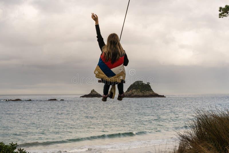 Femme sur l'oscillation de corde photo libre de droits