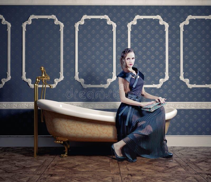 Femme sur la baignoire image libre de droits