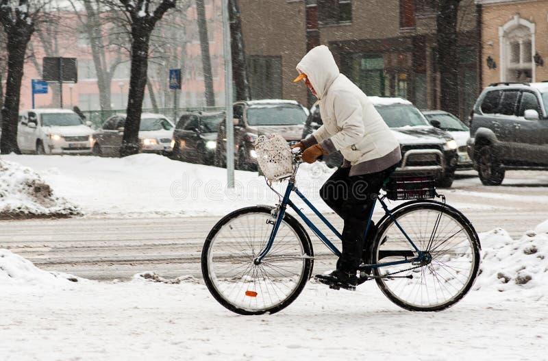 Femme sur la bicyclette en hiver images libres de droits