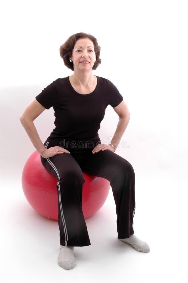 Femme sur la bille 938 de forme physique photos libres de droits