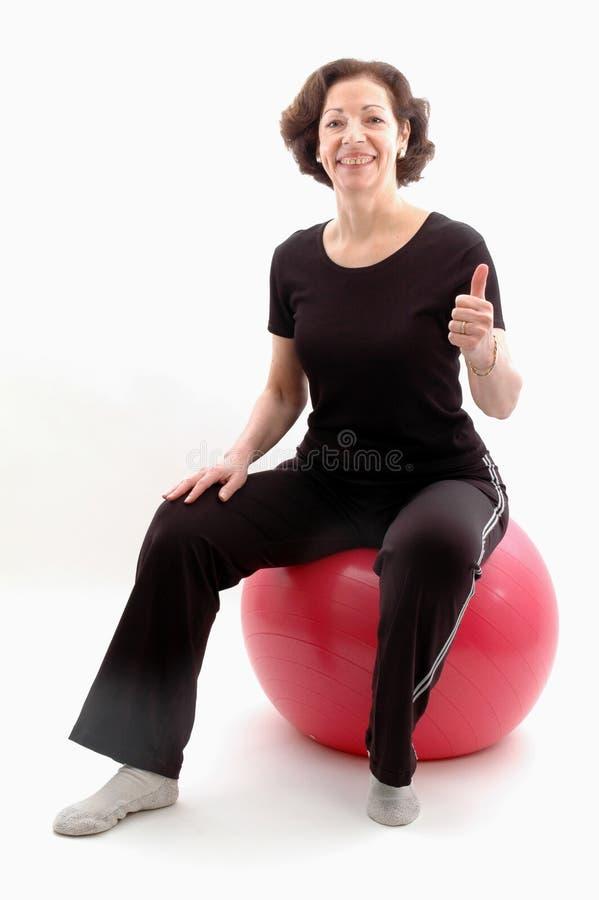 Femme sur la bille 951 de forme physique photo libre de droits