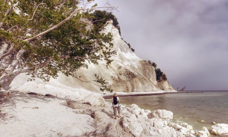 Femme sur la côte blanche photo libre de droits