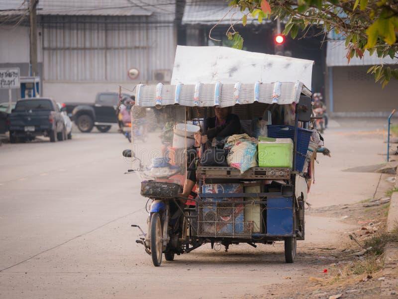 Femme sur la caravane résidentielle dans la vieille voiture latérale photo libre de droits