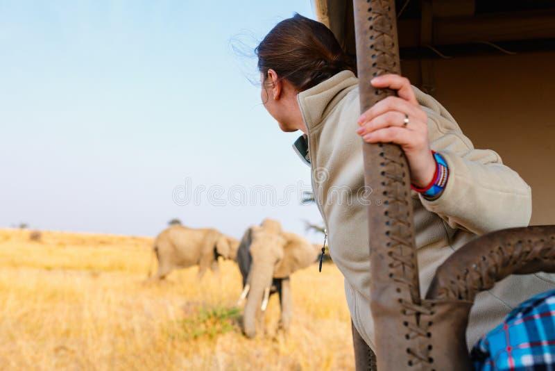 Femme sur la commande de jeu de safari photos stock