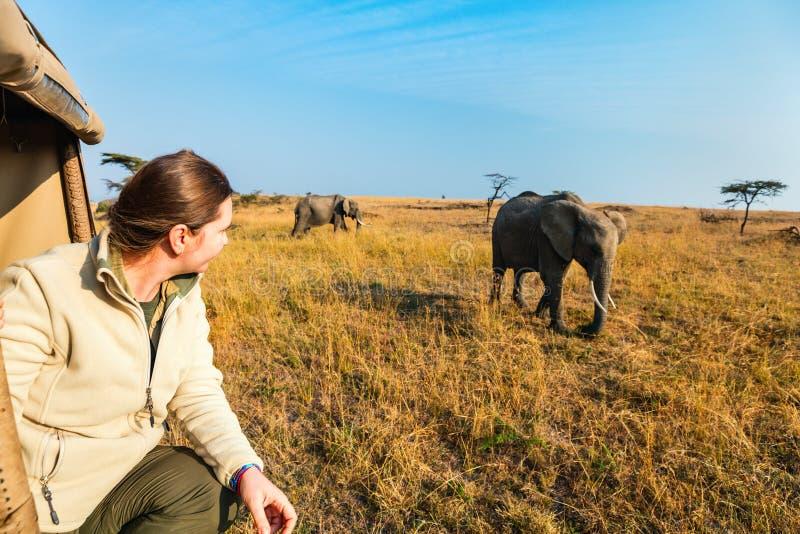 Femme sur la commande de jeu de safari image libre de droits