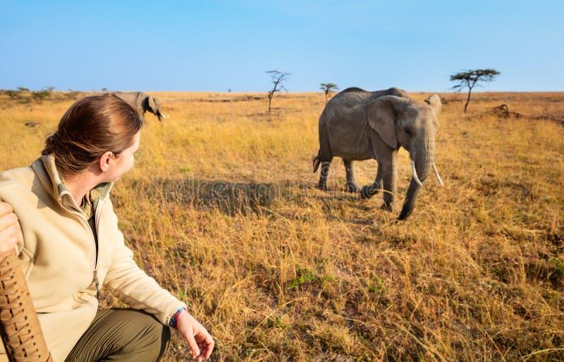 Femme sur la commande de jeu de safari image stock