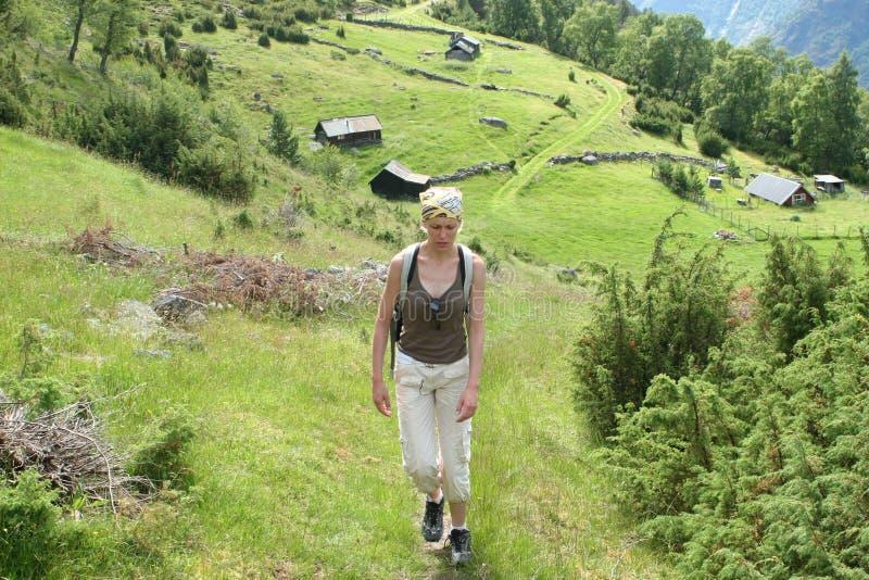Femme sur la déroute de montagne photos stock