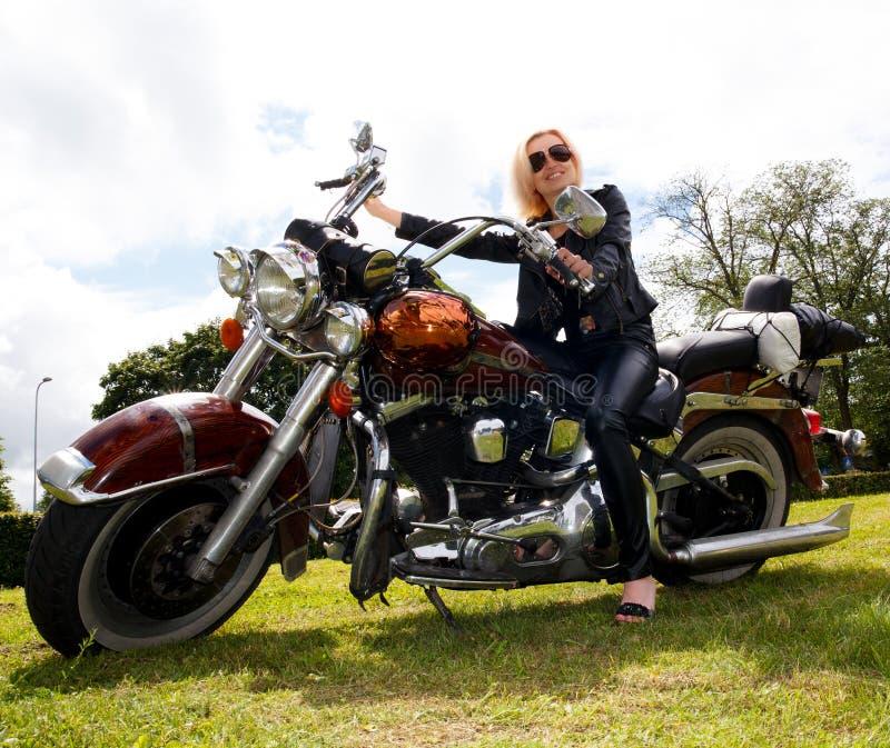 Femme sur la moto photo stock