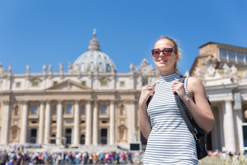 Femme sur la place du ` s de St Peter à Vatican devant la basilique du ` s de St Peter photo libre de droits