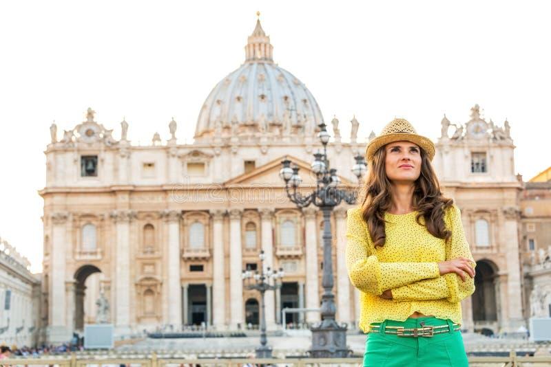 Femme sur la place San Pietro à l'État de la Cité du Vatican image stock