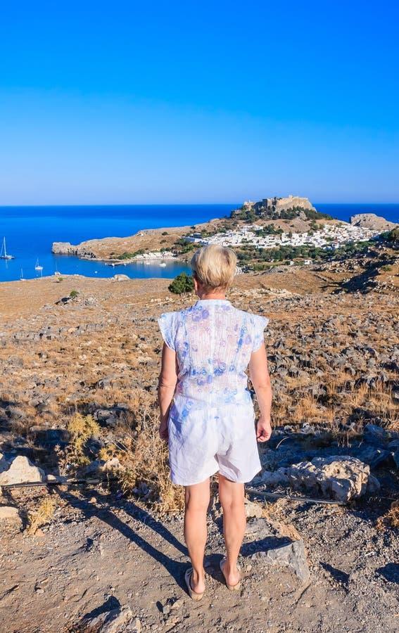 Femme sur la plage Île de Rhodes image stock