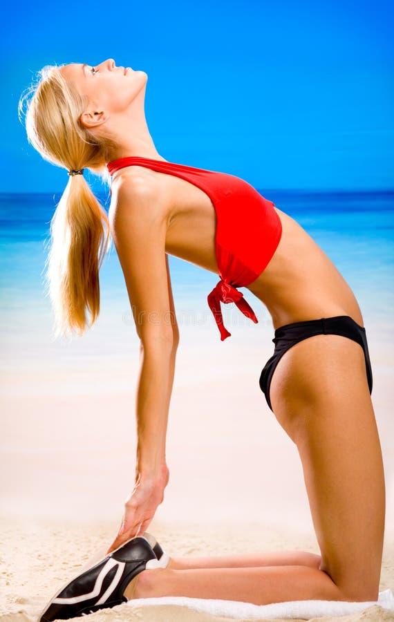 Femme sur la plage photo libre de droits