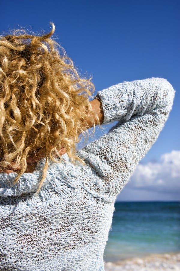 Femme sur la plage. photo libre de droits