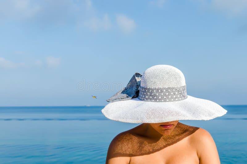 femme sur la plage avec le chapeau de paille image stock image du attrayant paules 47660553. Black Bedroom Furniture Sets. Home Design Ideas
