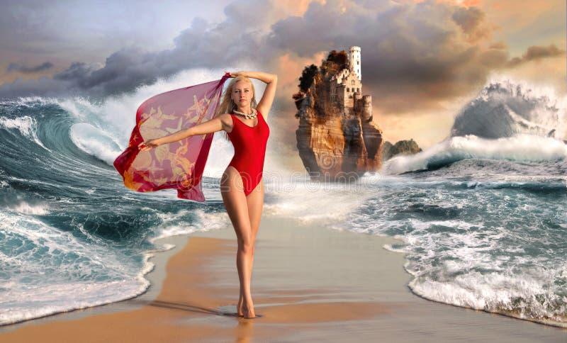 Femme sur la plage avec les vagues énormes photographie stock libre de droits