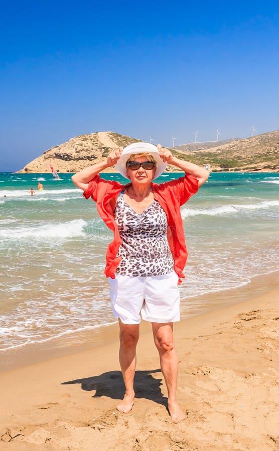 Femme sur la plage de l'isthme Prasonisi Île de Rhodes photos stock