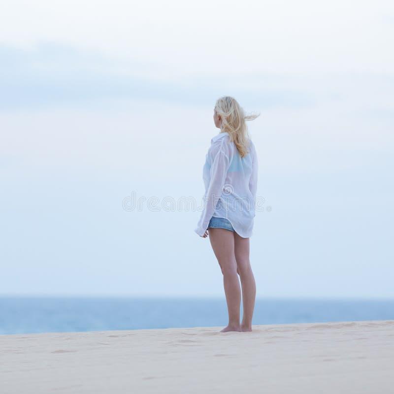 femme sur la plage sablonneuse dans la chemise blanche au cr puscule image stock image du. Black Bedroom Furniture Sets. Home Design Ideas