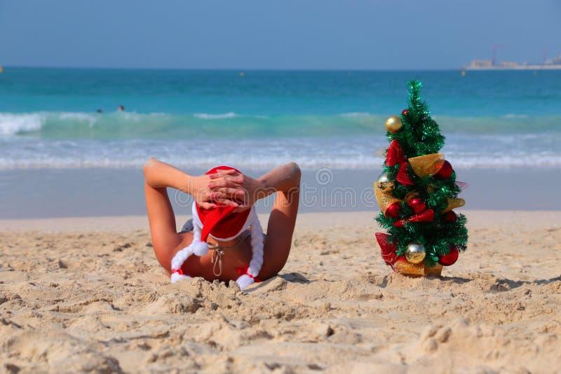 Femme sur la plage sur les rivages du golfe Persique à Dubaï images stock
