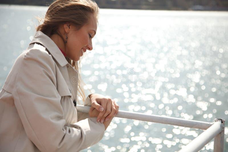 Femme sur la rivière photos stock