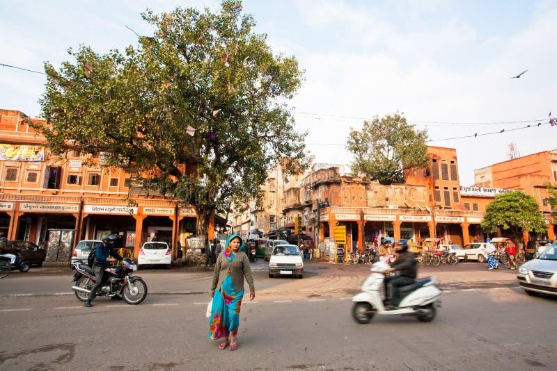 Femme sur la rue passante de la ville indienne photo libre de droits