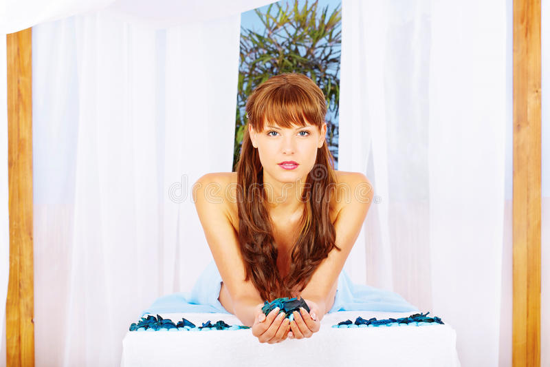 Femme sur la table de massage sous l'écran images stock
