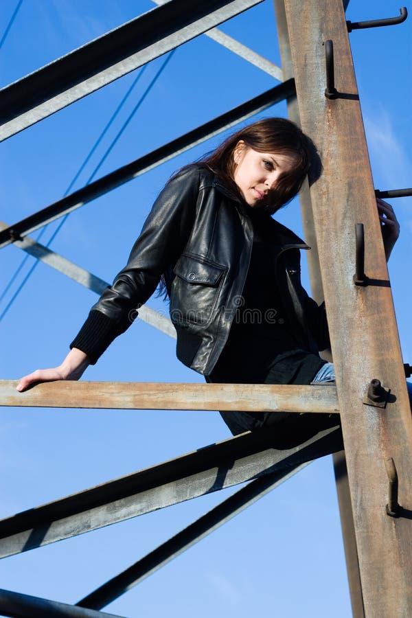 Femme sur la tour électrique photographie stock