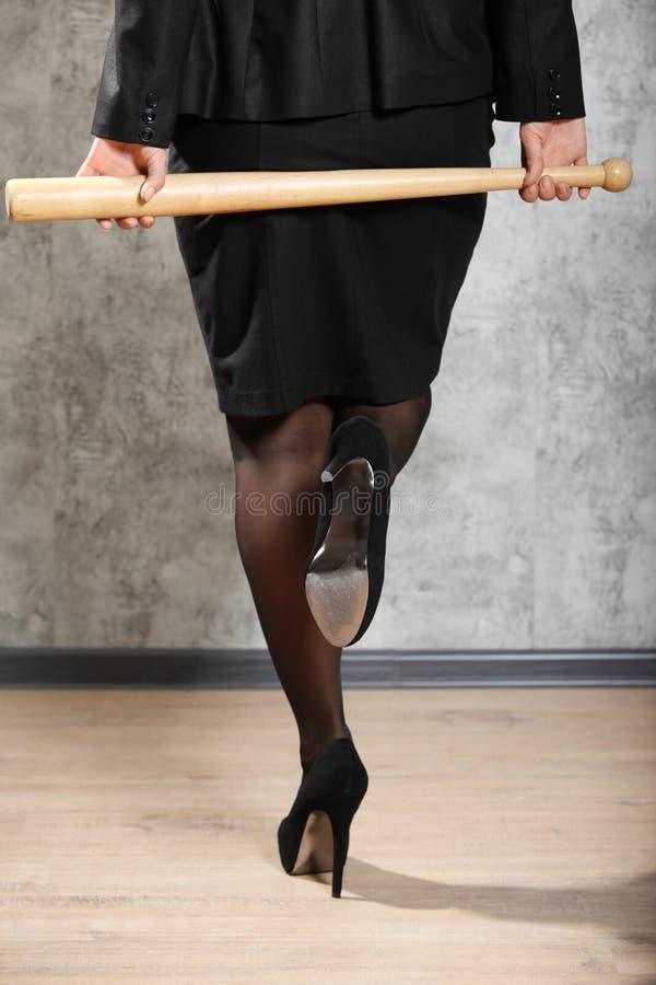 Femme sur le bâton de prise de hauts talons images libres de droits