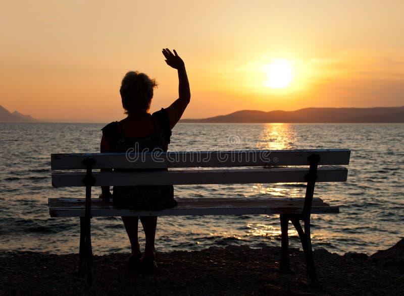 Femme et coucher du soleil photographie stock