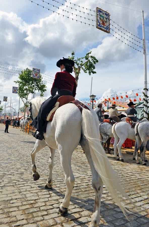 Femme sur le cheval blanc à la foire en Séville, Andalousie, Espagne image stock