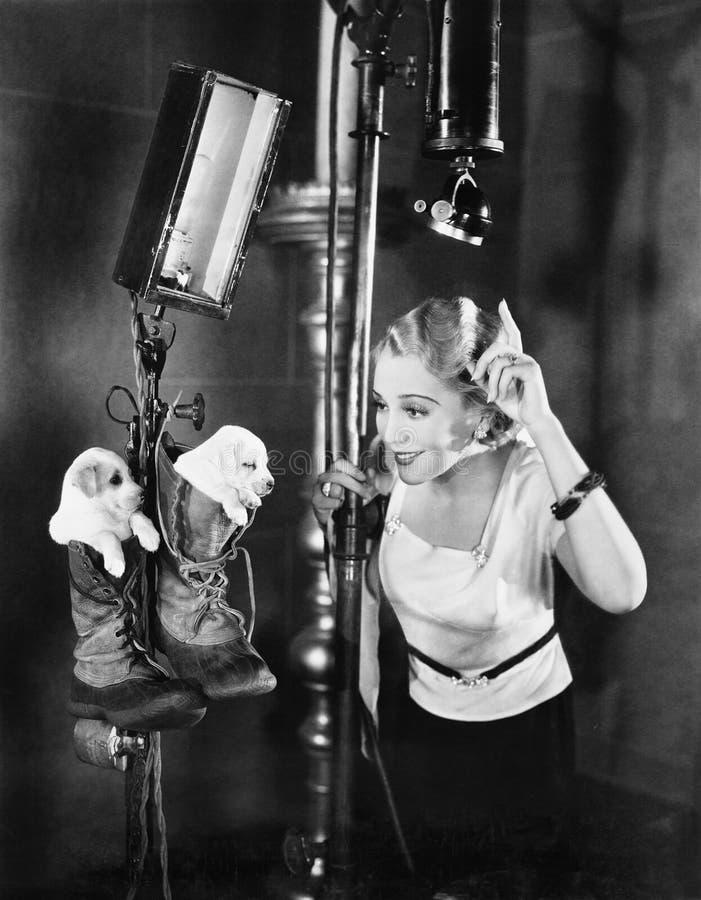 Femme sur le décor de film avec des chiots photo stock